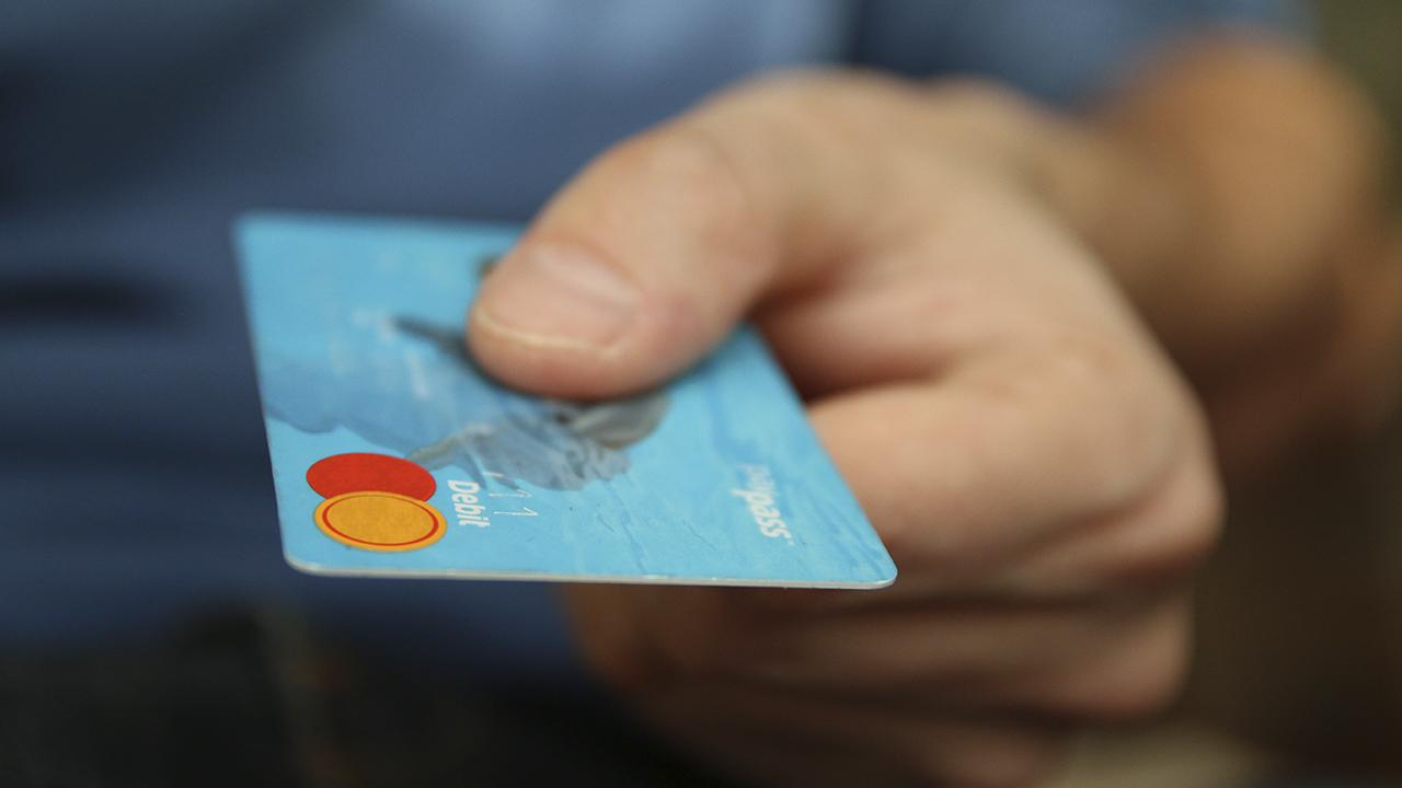 Diputados salvadoreños acuerdan eliminar intereses en las tarjetas de crédito