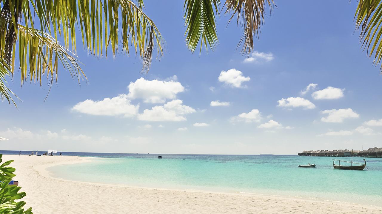 Epsilon deja atrás las Bermudas mientras en el Caribe se organiza tormenta