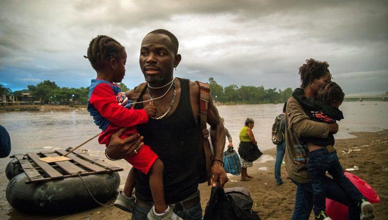 Migrantes centroamericanos malviven en albergues en frontera de México