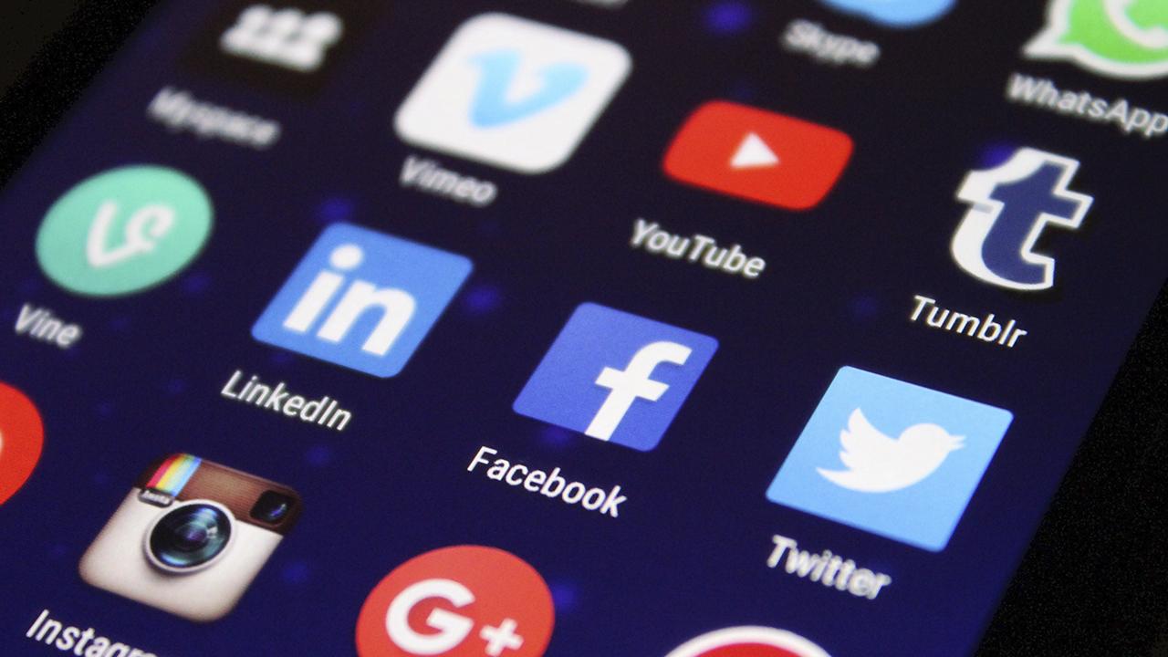 """Quienes usan redes sociales """"están menos informados"""" sobre el covid-19"""