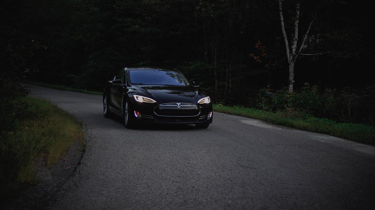 Tesla se dispara en Wall Street hasta los 900 dólares por acción