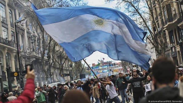 Fitch baja calificación de Argentina y ve mayor probabilidad de un default