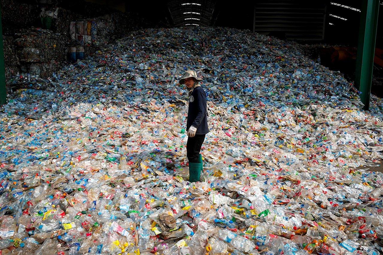 Prohíben venta de bebidas en botellas de plástico en Roatán, Honduras