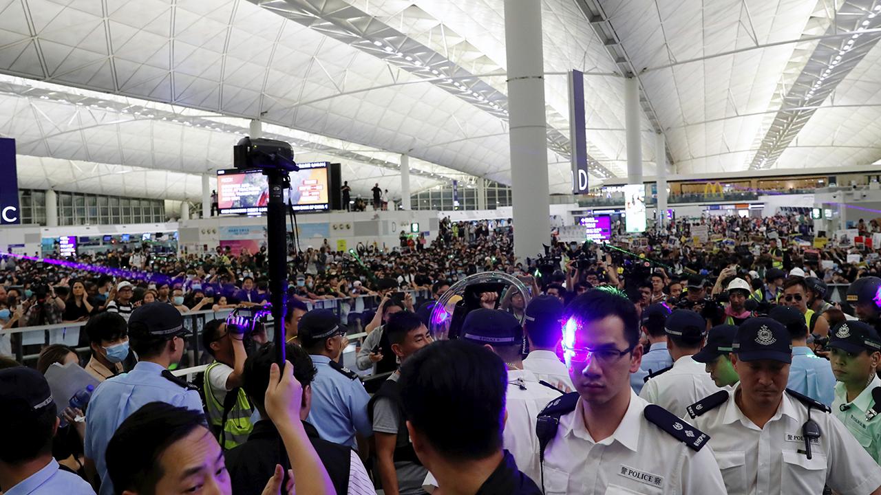 Crece tensión en el aeropuerto de Hong Kong
