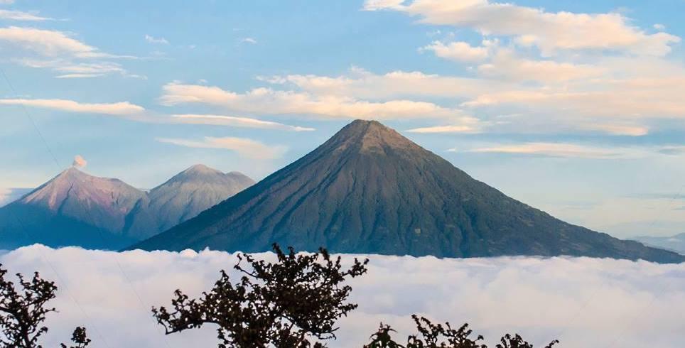 La oración de la cumbre en la cima del Volcán Atitlán