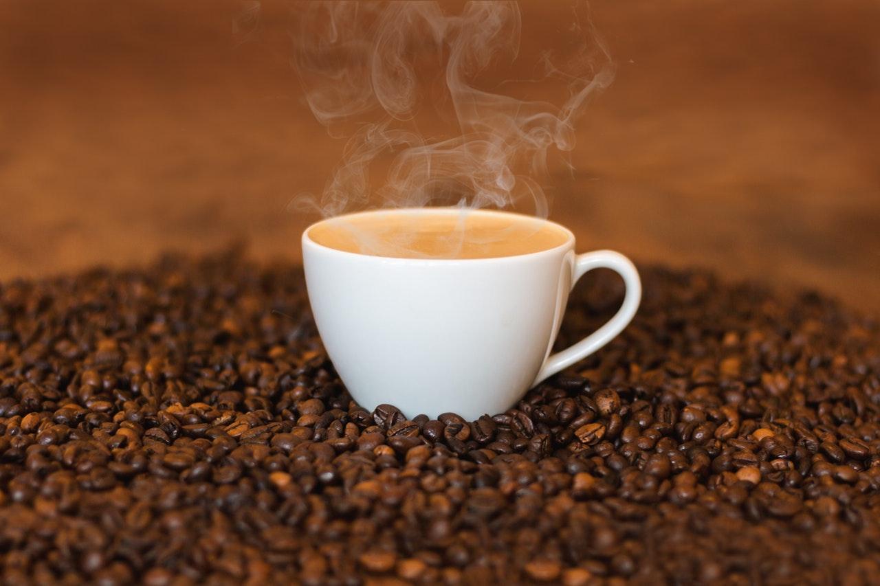 El consumo diario de cafeína podría afectar la estructura cerebral, según estudio