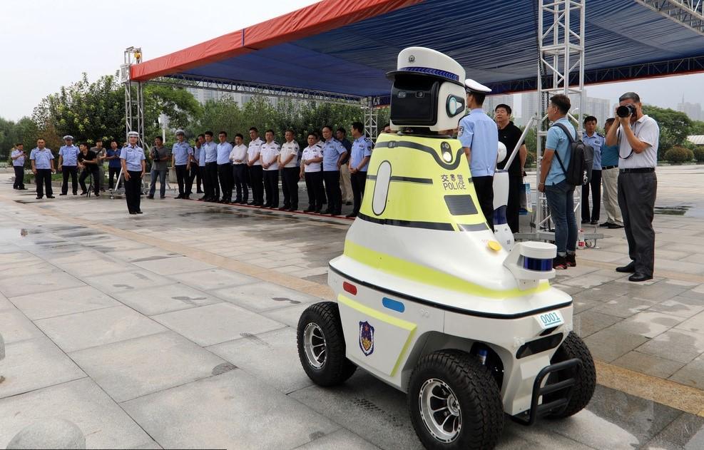 Robots policía comienzan a vigilar las calles de China