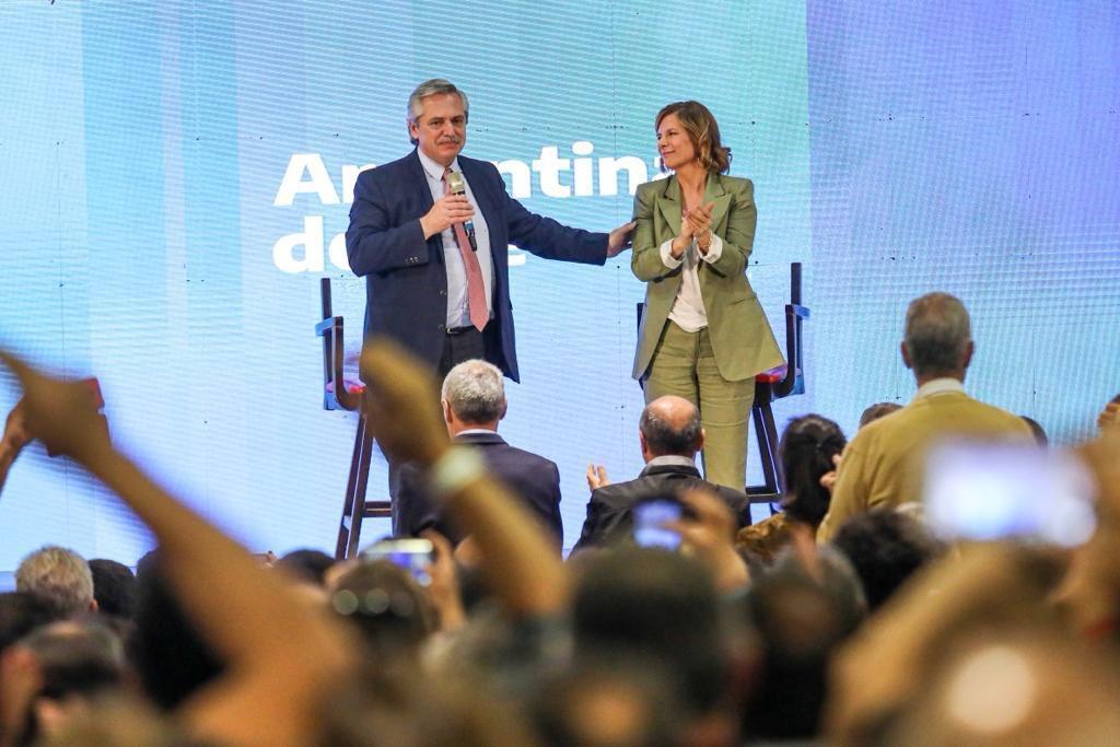 Fernández toma el poder en Argentina con el desafío de encarrilar la economía