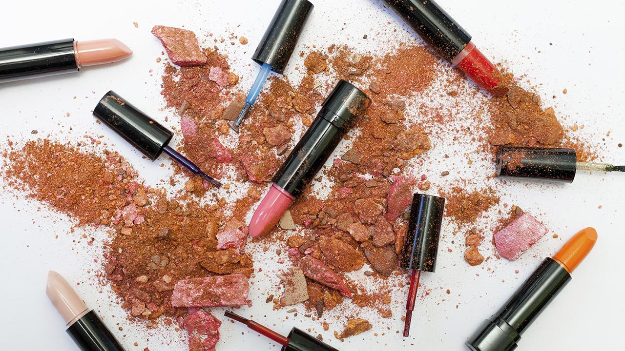 Latinos mayores de 50 años en EU gastan 7,000 mdd en productos de belleza