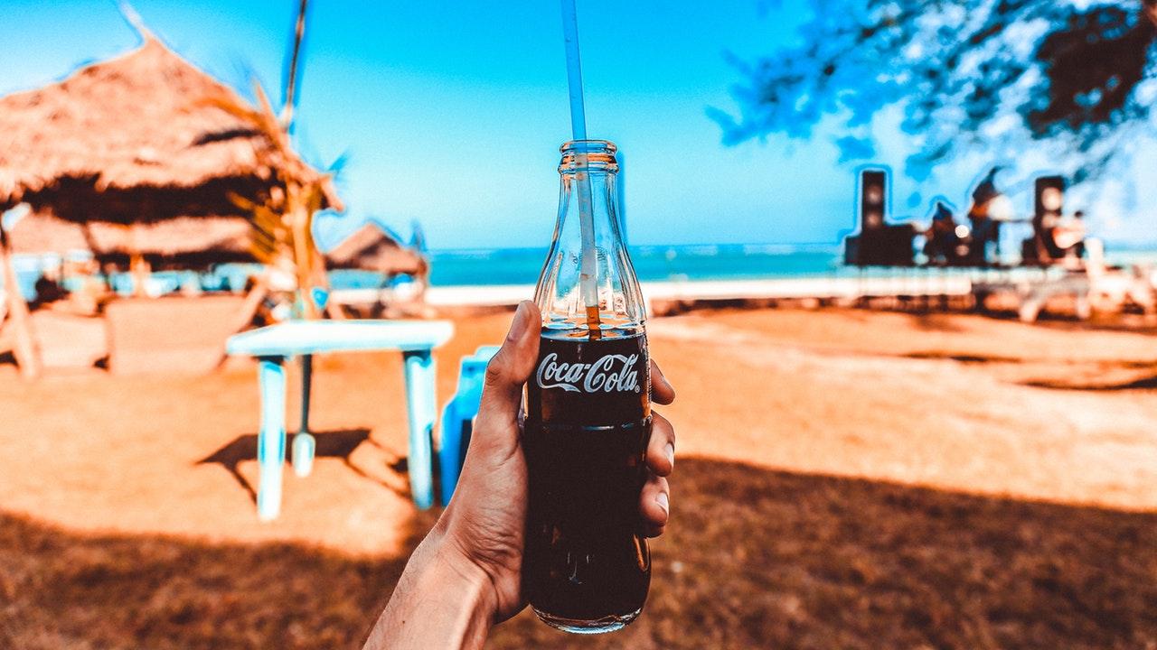 Coca-Cola presenta la primera botella hecha de desechos plásticos oceánicos