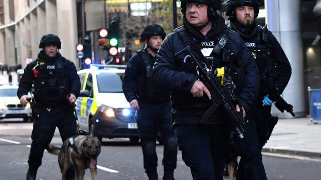 Policía británica abate a tiros a hombre en Puente de Londres