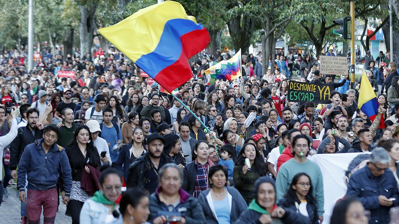 Bloqueos en transporte y disturbios en inicio de día de protestas en Colombia