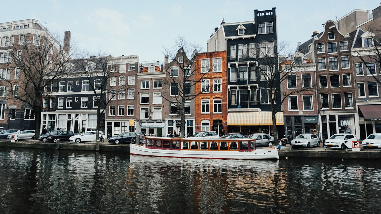Ámsterdam eliminará más de 10,000 plazas de aparcamiento para 2025