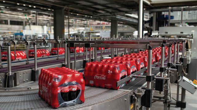Nuestros clientes aún quieren botellas de plástico, dice Coca-Cola