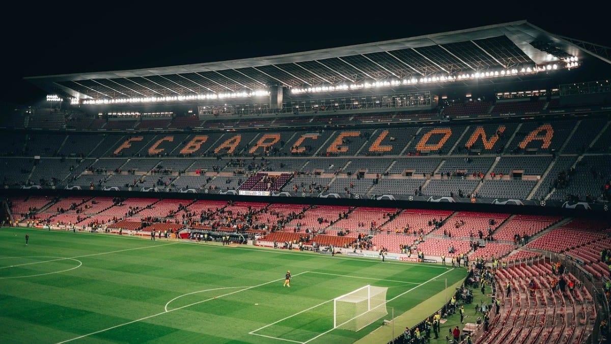 Jugadores del Barcelona se rebajan el sueldo más del 70% para que empleados cobren salario completo