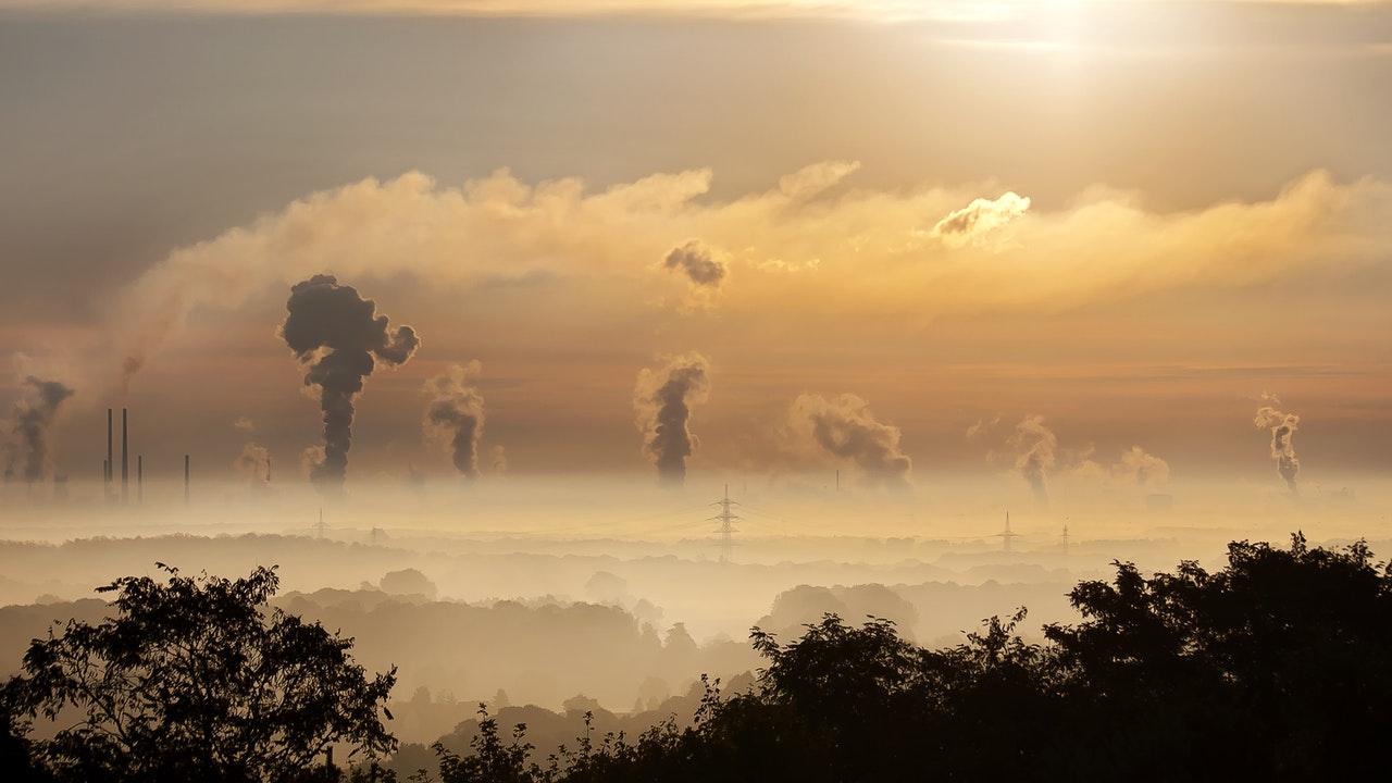 Contaminación facilita la transmisión del COVID: estudio