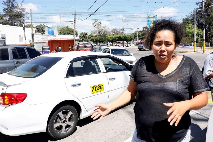 Mujeres taxistas en Honduras, trabajo 'divertido' pero 'difícil' por machismo