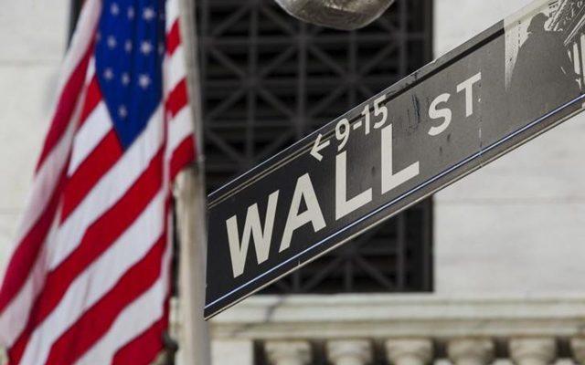 Wall Street vuelve a desplomarse por coronavirus