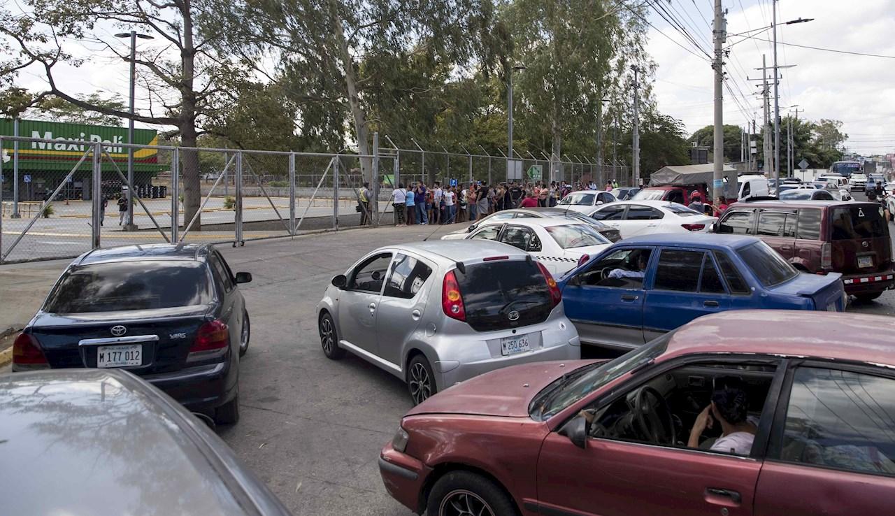 Nicaragüenses desbordan los supermercados tras primer caso de COVID-19