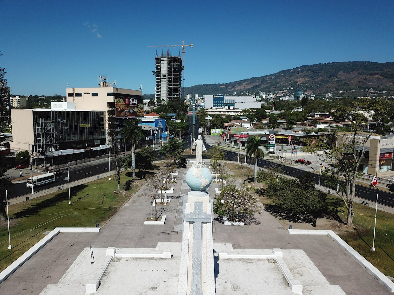 Centros comerciales de El Salvador cierran por la pandemia COVID-19