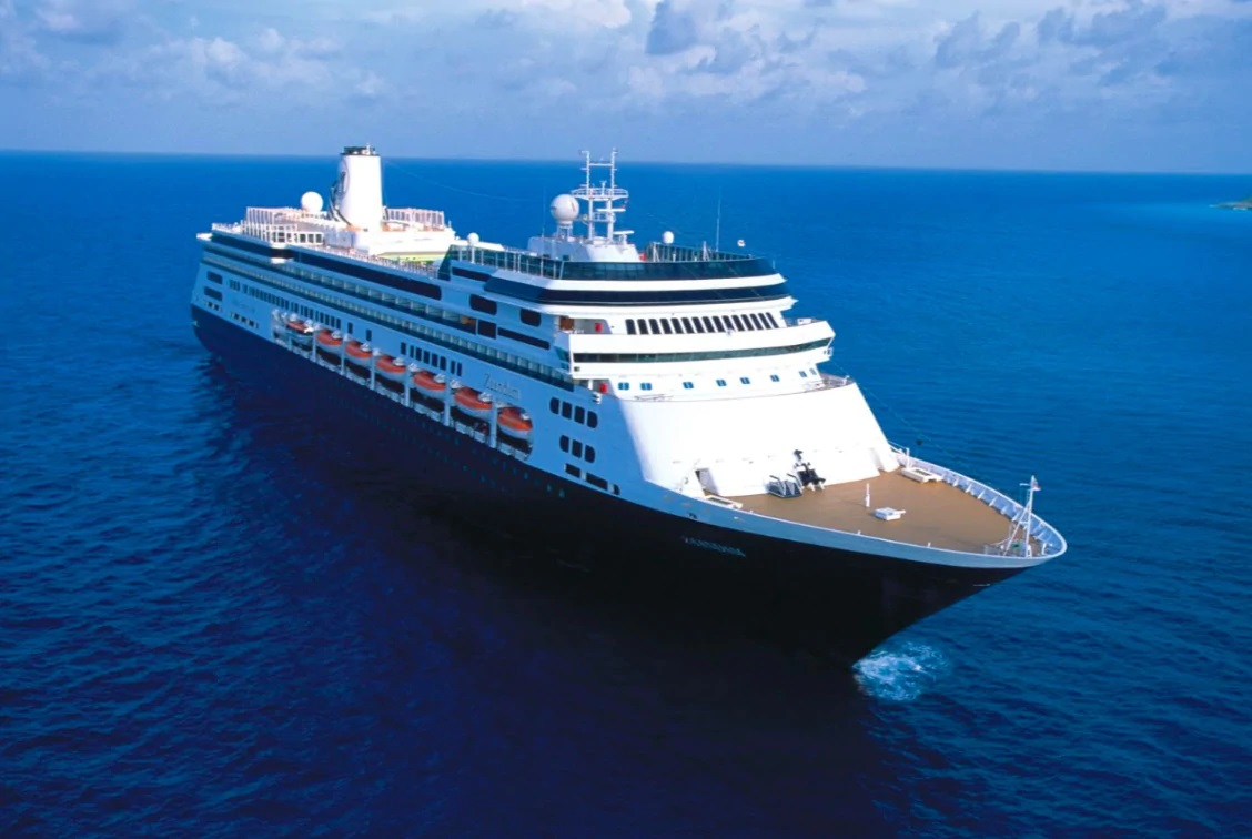 Cientos de pasajeros son evacuados de crucero sospechoso anclado en Panamá por coronavirus