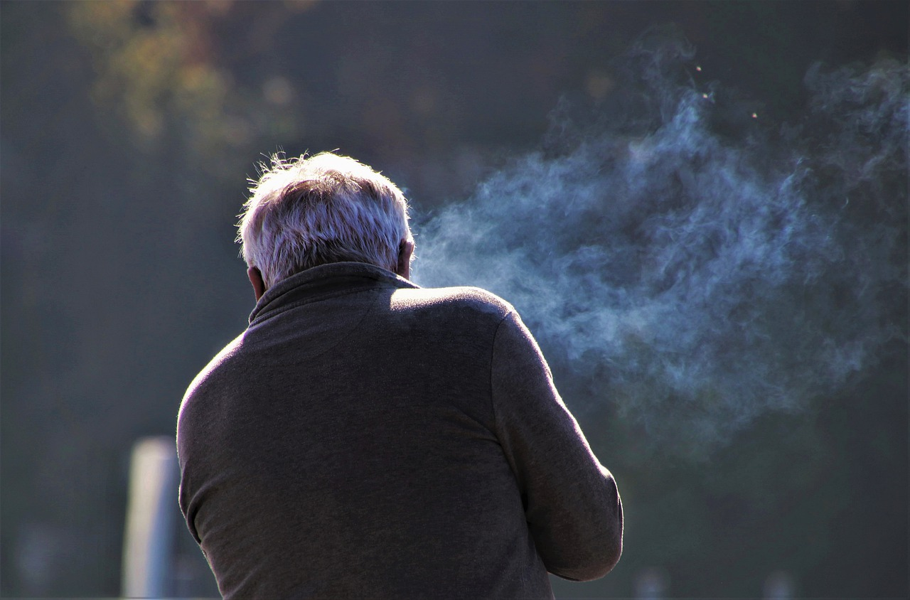 El humo del cigarrillo puede transportar al coronavirus