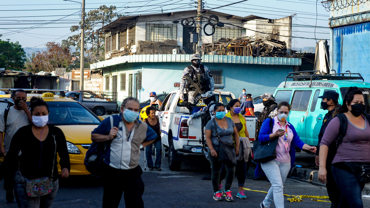 Sistema de salud salvadoreño opera al limite y el COVID-19 llega a cárceles
