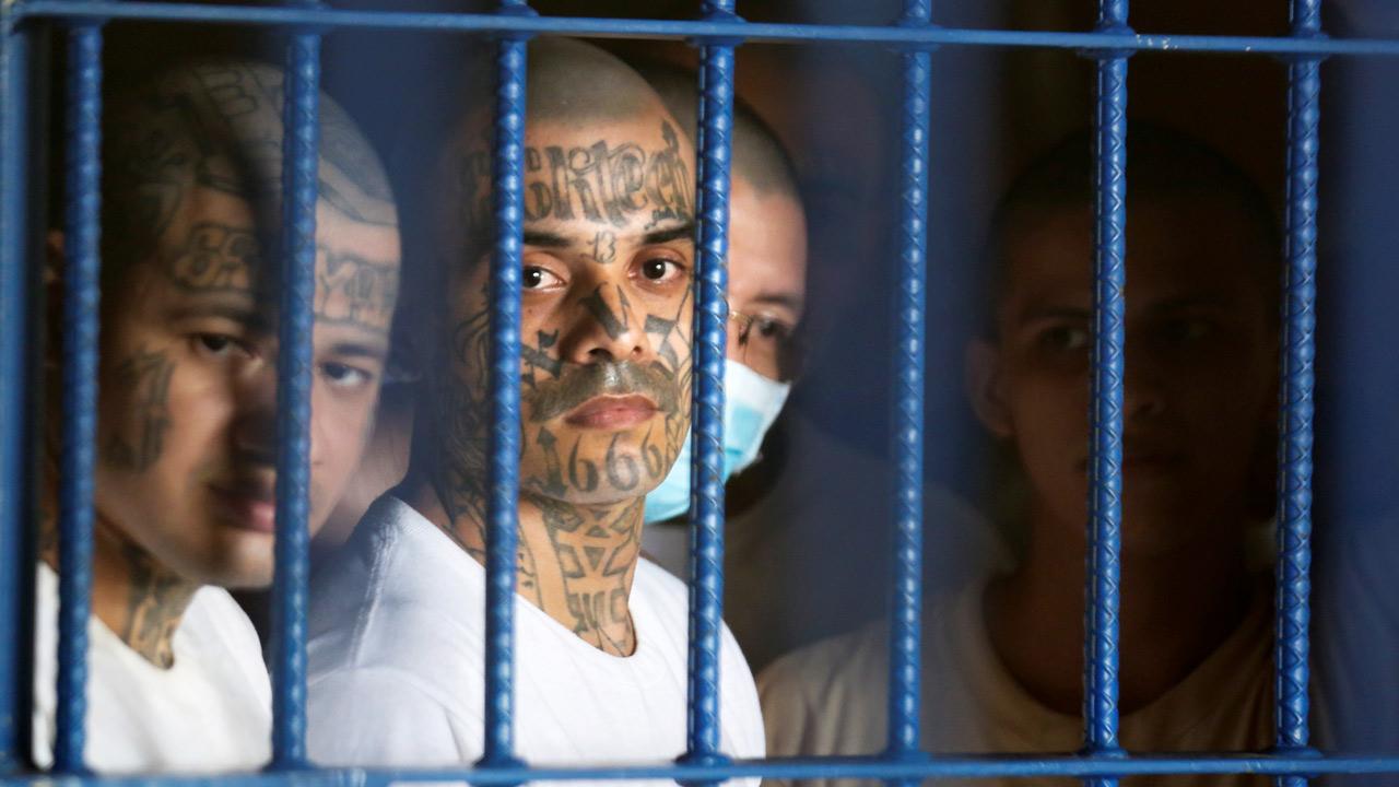 Centros penales salvadoreños declaran por violencia ordenada por maras