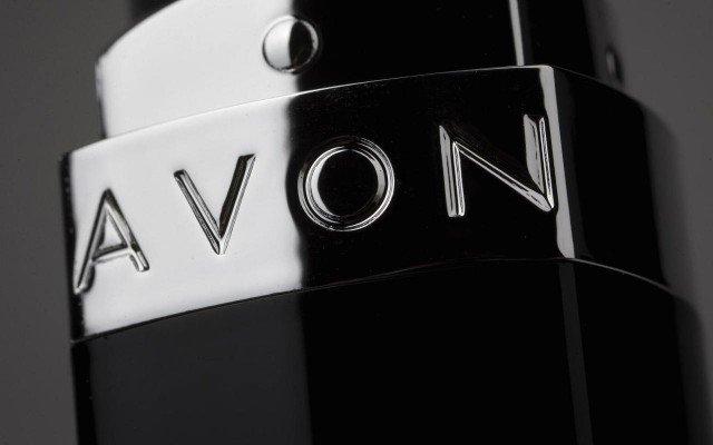 Avon cambia producción de cosméticos por gel y cubrebocas en medio de la pandemia