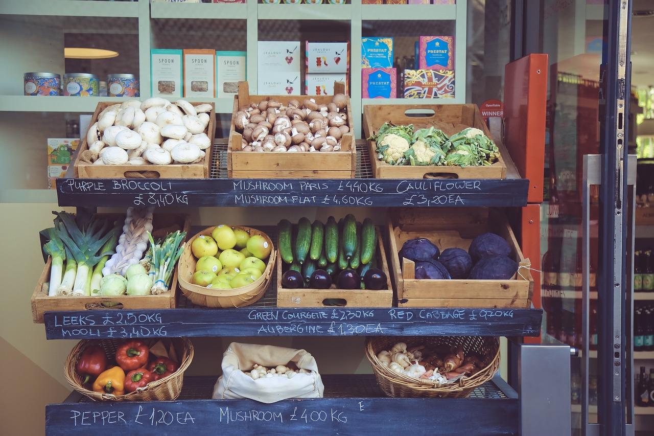 Precios: Bajan canasta básica e inflación interanual a marzo, según el INE