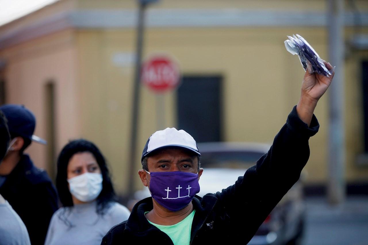 Guatemaltecos reclama en sus vehículos contra el confinamiento