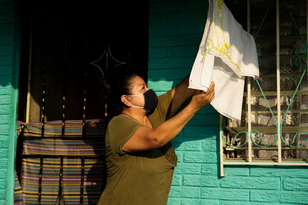 El Salvador, pobladores se quedan sin alimento Aparecen banderas blancas