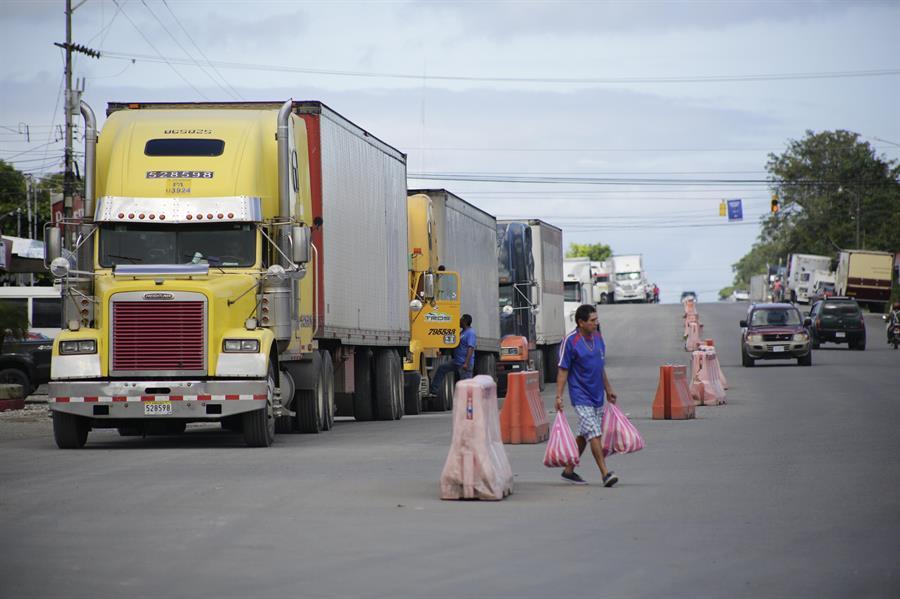 Costa Rica: 300 transportistas varados en La Cruz reciben ayuda