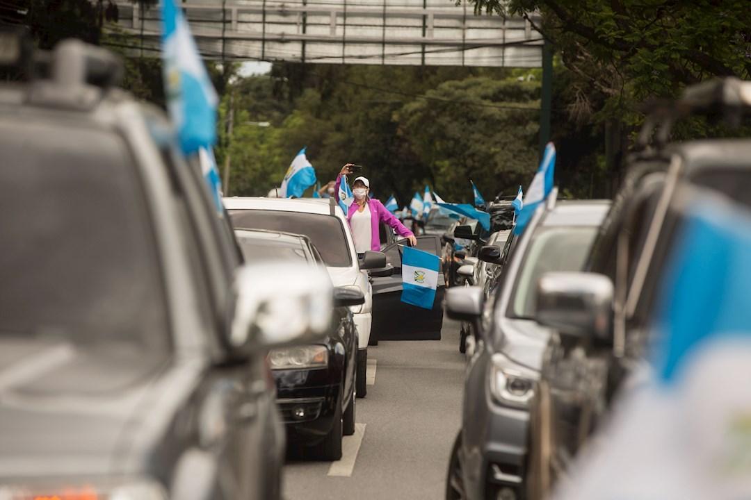 Un centenar de guatemaltecos reclama en sus vehículos contra el confinamiento