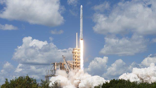 Elon Musk presenta su primer lanzamiento con astronautas