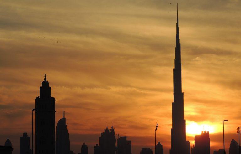 Dubái convierte al edificio más alto del mundo en una caja benéfica por coronavirus