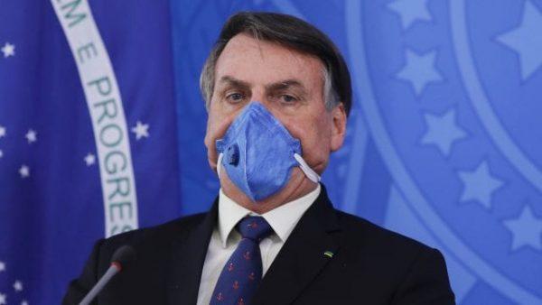 Bolsonaro dice que usar mascarilla en el auto puede causar accidentes