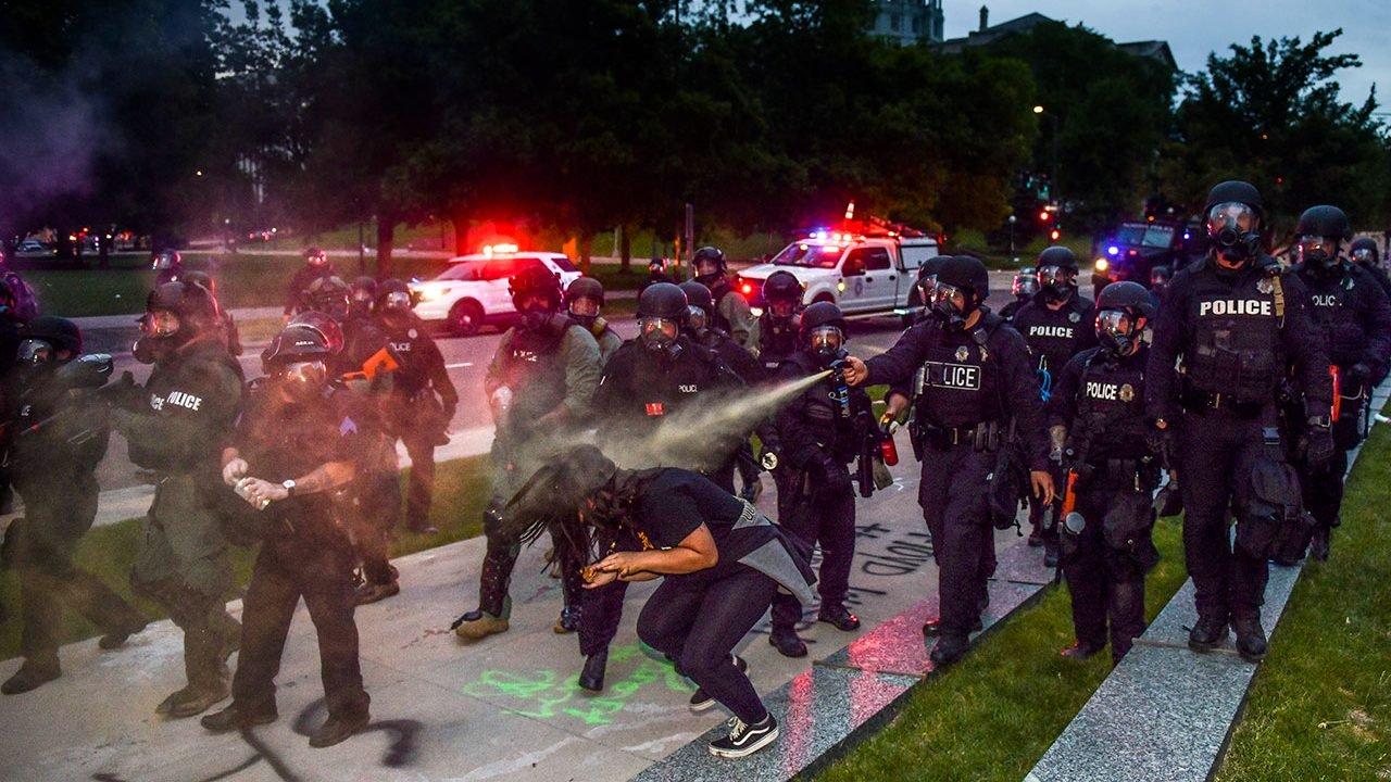 Policía de NY disuelve su controvertida unidad tras abuso racial
