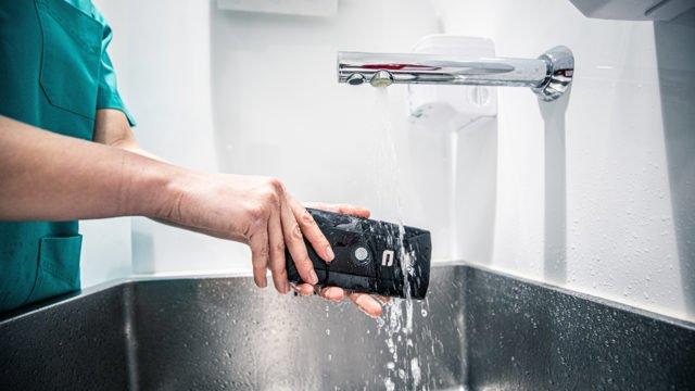 Estos son los celulares que puedes lavar tal como lo haces con tus manos