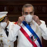 El presidente dominicano, Luis Abinader, asiste a su ceremonia de investidura hoy, en la sede de la Asamblea Nacional, en Santo Domingo (República Dominicana).