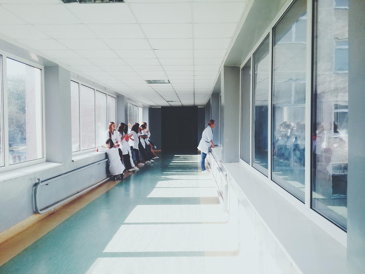 Baja inversión en salud podría afectar calificación crediticia de los países: panel OMS