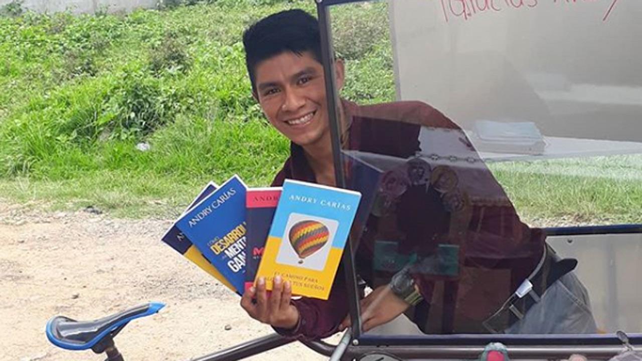 Este profesor da clases en triciclo en Guatemala