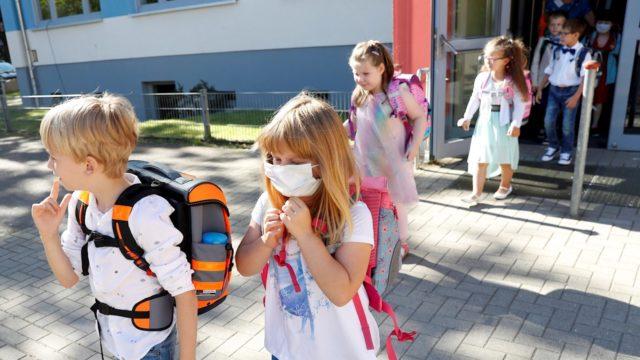 Chile arranca año escolar con clases semipresenciales y miedo a rebrotes
