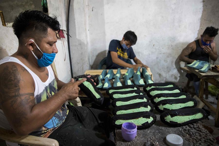 Zapateros artesanales de Nicaragua sufren en silencio impacto de la pandemia