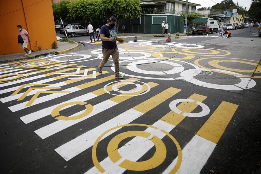Salvadoreños promueven el distanciamiento social de una manera peculiar