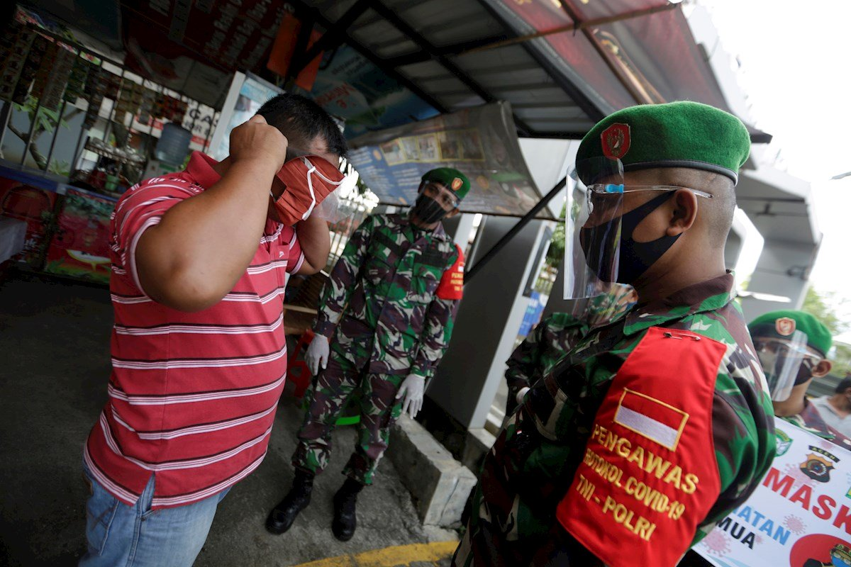 Cavar tumbas, la multa por no usar mascarilla en Indonesia