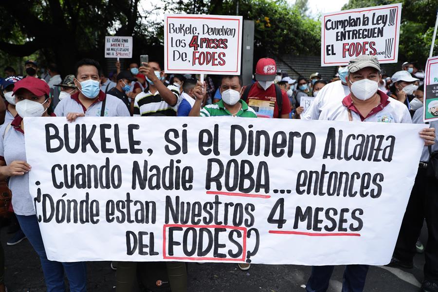 Salvadoreños marchan por retrasos del gobierno en entrega de fondos
