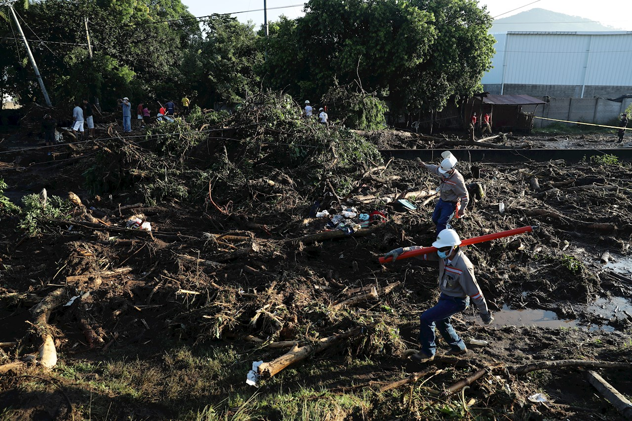 Nueve muertos y 110 familias damnificadas en El Salvador por deslizamiento