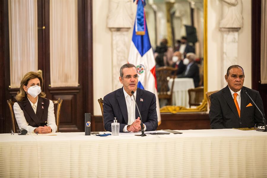 El presidente dominicano recibe la vacuna contra COVID-19