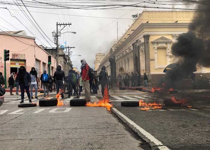 Policía de Guatemala dispersa protesta contra presupuesto frente al Congreso